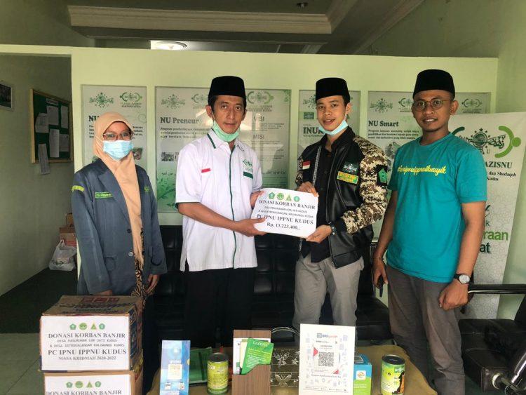 foto Pimpinan Cabang IPNU bersama IPPNU menyerahkan bantuan berupa donasi kepada PC NU CARE LAZISNU Kudus