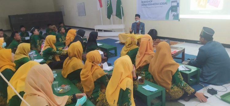Peserta Workshop Gemar Bermedia menyimak penjelasan pemateri.
