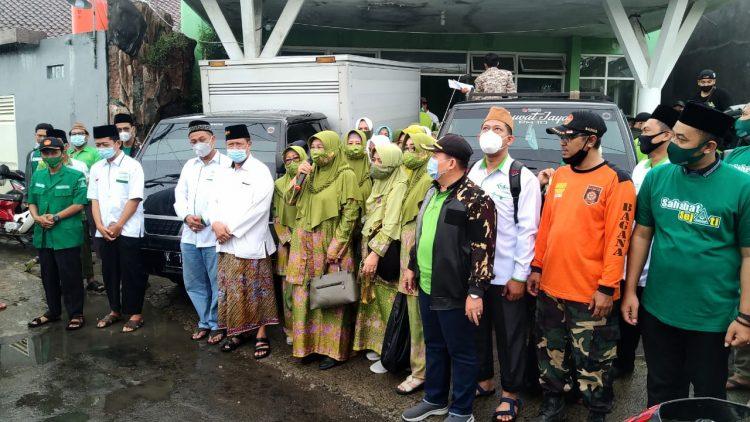 Pemberangkatan armada paket sembako di buka secara simbolis oleh Hj Chumaidah. (ketua PC Muslimat Kudus)