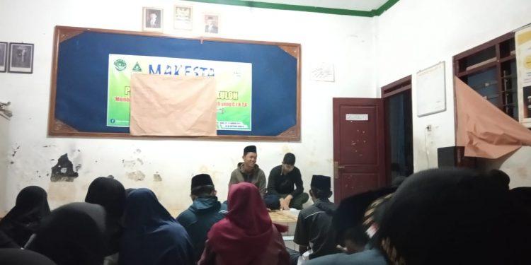 Instruktur sedang memberi pengarahan kepada peserta MAKESTA