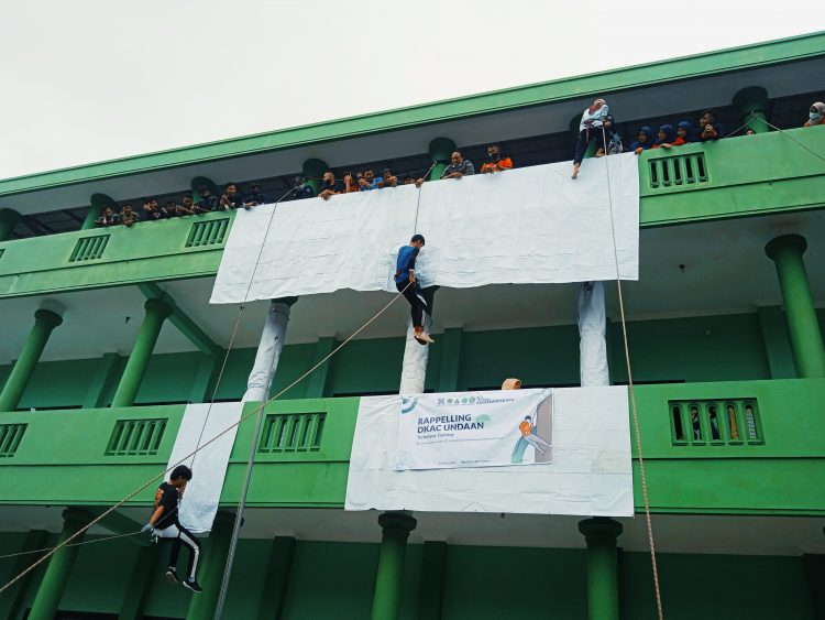 Rappeling DKAC Undaan di MA NU Tamrinuth Thullab Undaan, Sabtu (6/2). [Doc. Farid/Pelajarkudus]