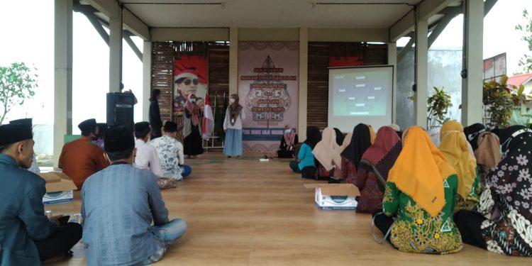 Tim Pelajarkudus.com sedang memperkenalkan diri di depan peserta Jurnalistik Pena PAC Undaan